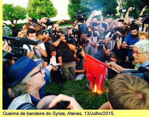 Gregos queimam a bandeira do Syriza em praça pública.