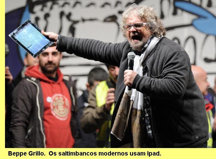 Beppe Grillo e o seu Ipad num comício.