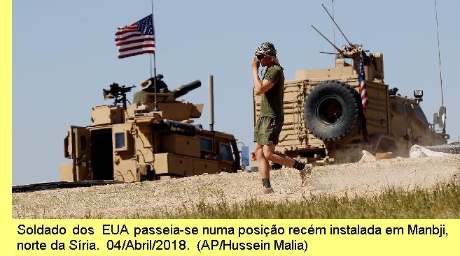 Soldado dos EUA passeia-se numa posição recém instalada em Manbji, norte da Síria. 04/Abril/2018 (AP/Hussein Malla)