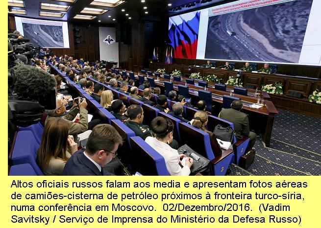 Altos oficiais russos falam aos media em frente de imagens aéreas de camiões de petróleo próximos da fronteira da Turquia com a Síria numa conferência em Moscovo. 02/Dezembro/2015. (Vadim Savitsky/ Russian Defense Ministry Press Service via AP)
