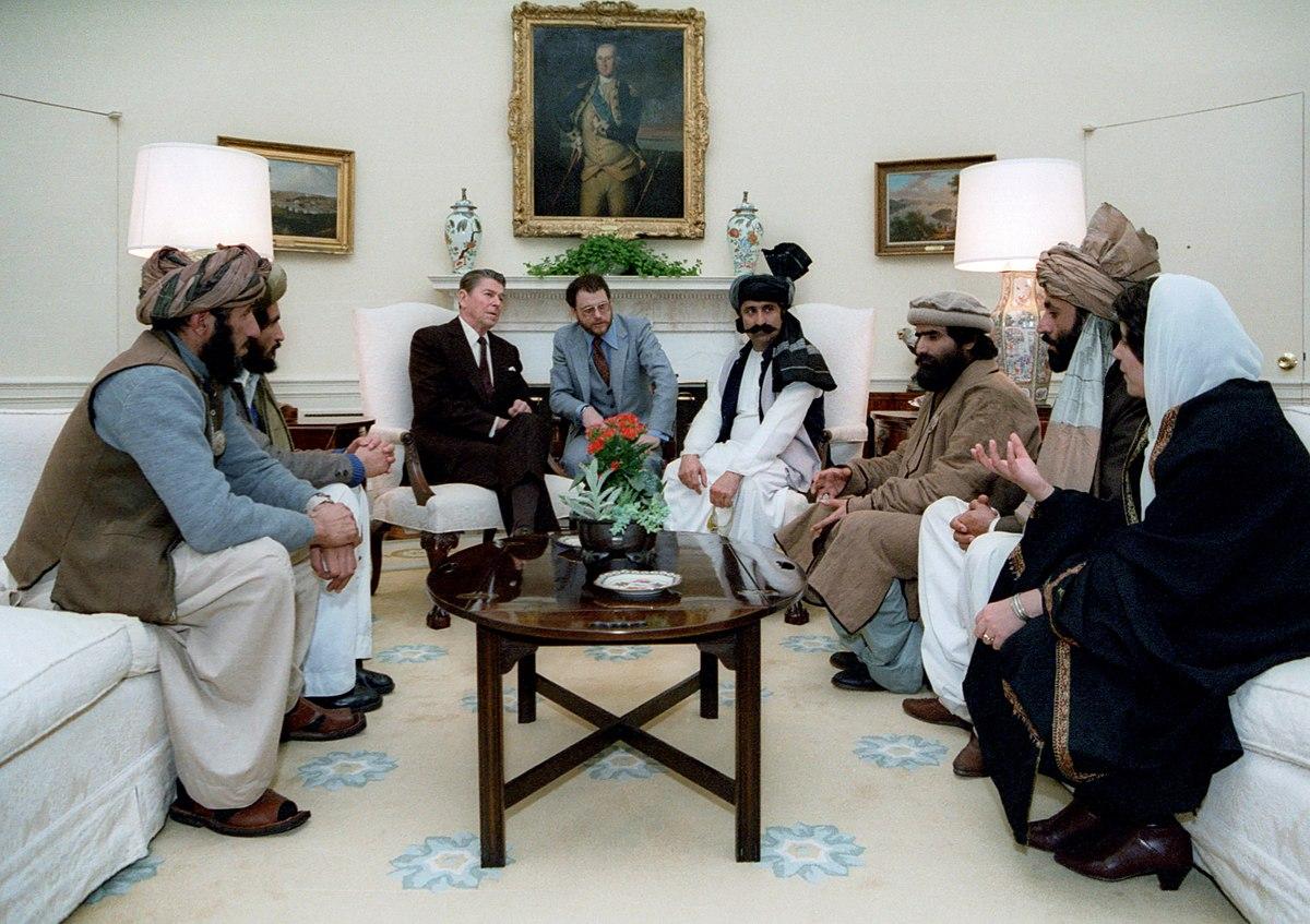 Reagan na Casa Branca com líderes talibans.