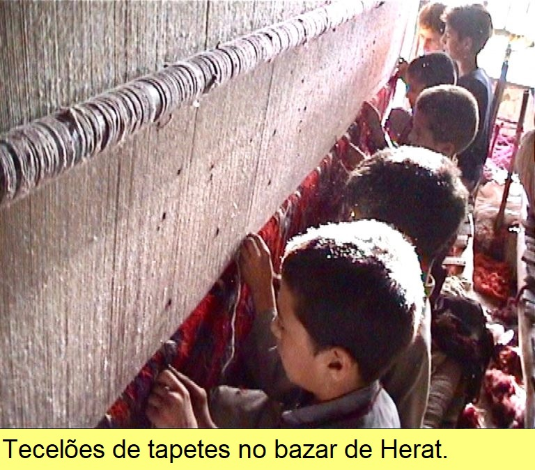 Tecelões de tapetes, em Herat.