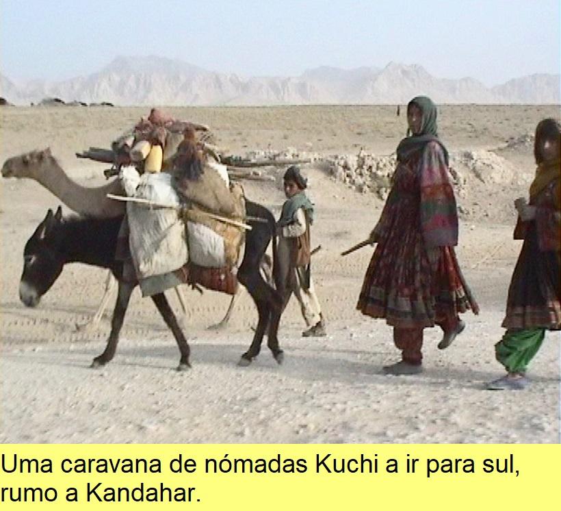Uma caravana de nómadas Kuchi a ir para sul, rumo a Kandahar.