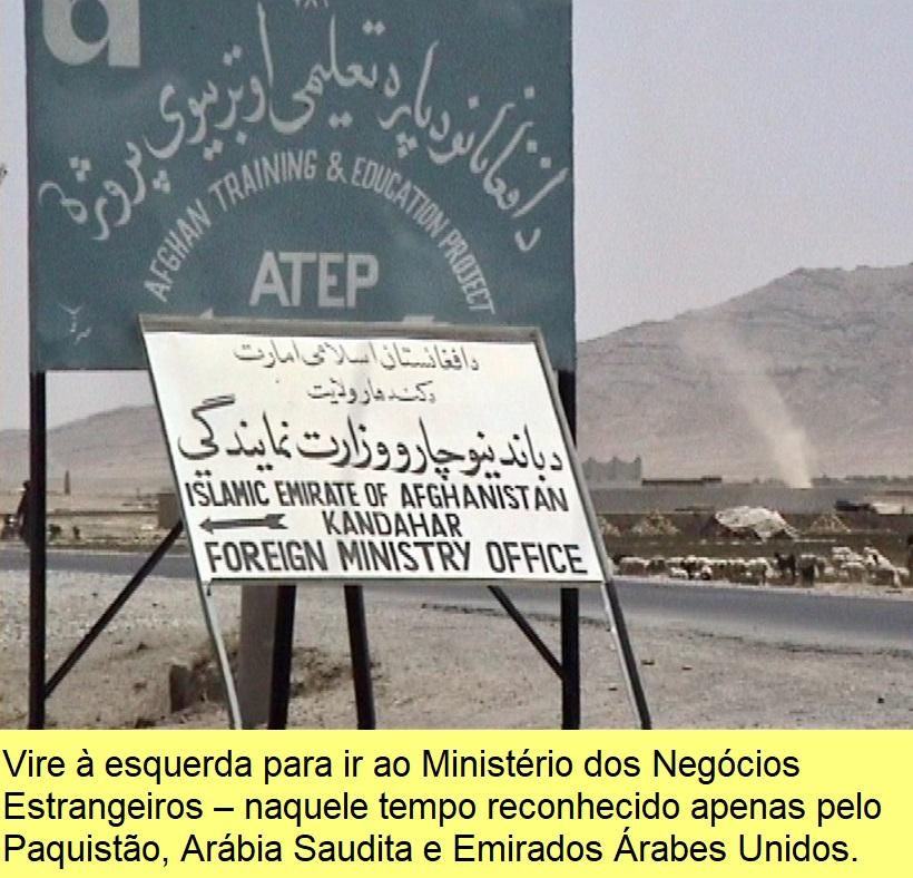 Vire à esquerda para ir ao Ministério dos Negócios Estrangeiros, naquele tempo reconhecido apenas pelo Paquistão, Arábia Saudita e Emirados Árabes Unidos.