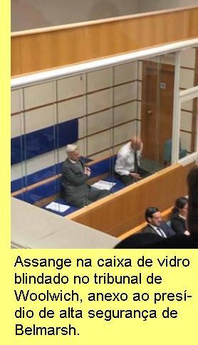Assange na caixa de vidro blindado do tribunal de Woolwhich.